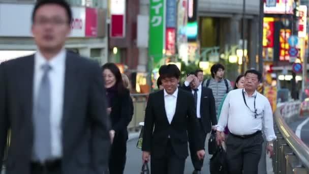 Tokyo, Giappone - Circa 2013: Folle di pendolari mattina presto a piedi al lavoro
