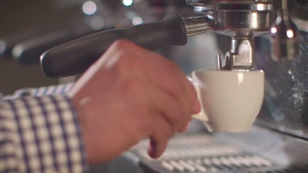 Barista připraví espresso v rušné kavárně
