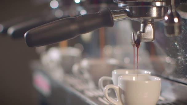 Barista előkészíti a nyüzsgő kávézóban kávé
