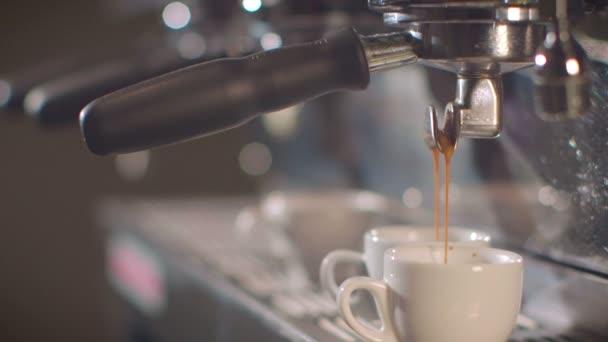 Barista bereitet Espresso in einem Coffee-Shop/gebucht