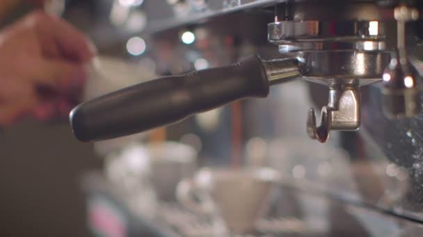Barista készíti espresso egy forgalmas kávézóban