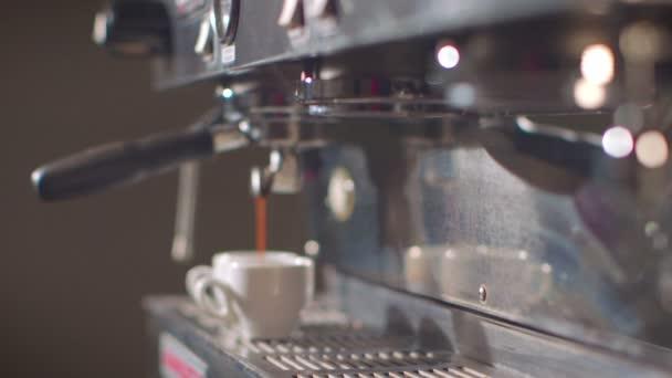 Készül egy forgalmas kávézó eszpresszó csésze