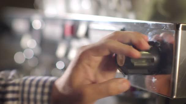Barista připraví kávu v rušné kavárně