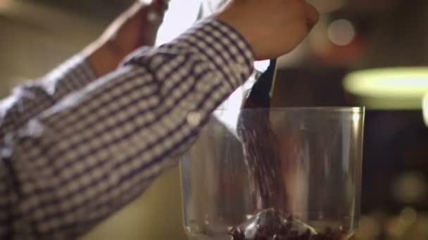 Doplňování mlýnek na zrnkovou kávu