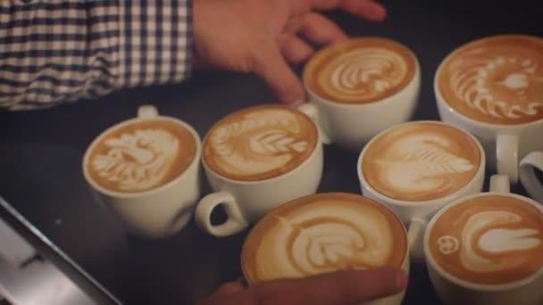 Kelímky podávané s složité latte art