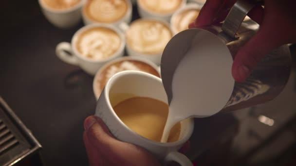 Nahaufnahme von Barista, der Latte Art macht