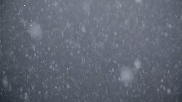Bílý sníh padá do vody