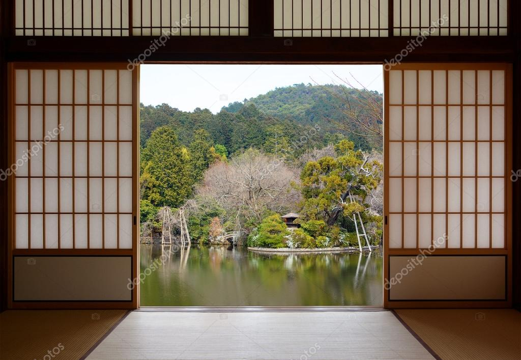 Vista de un hermoso estanque oriental a trav s abiertos - Puertas correderas japonesas ...