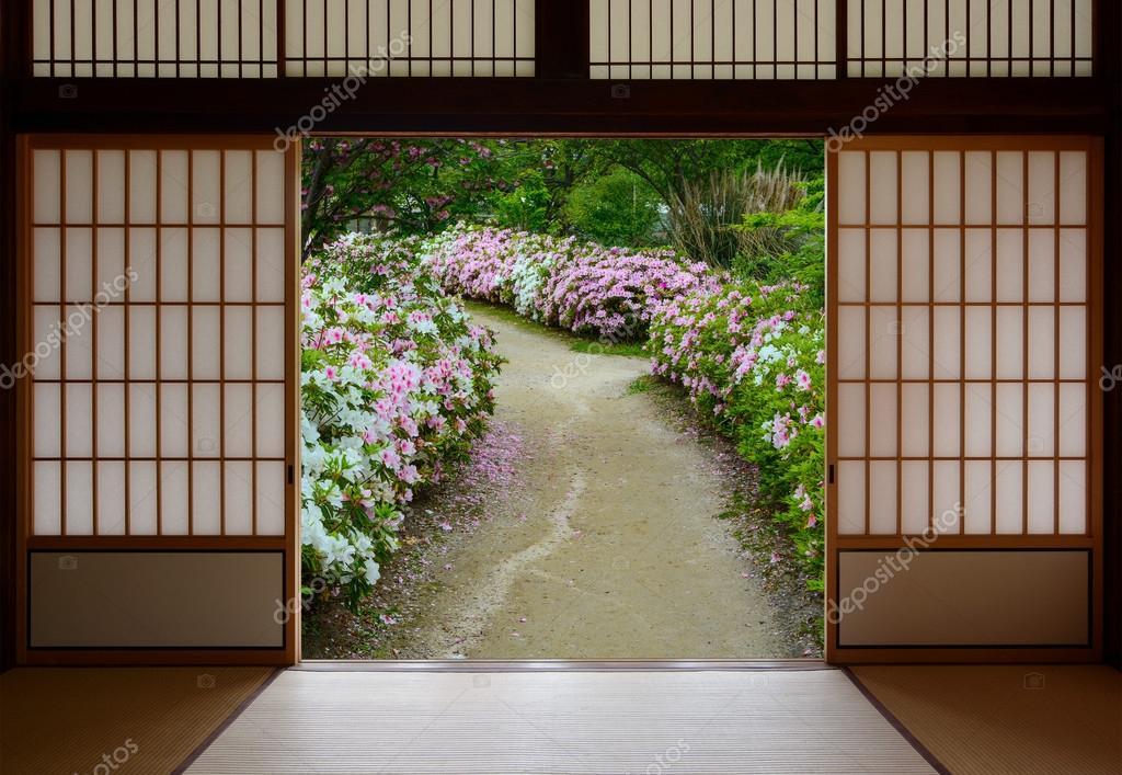 vista de un jardn de flores de azalea a travs abiertos puertas correderas japonesas u foto