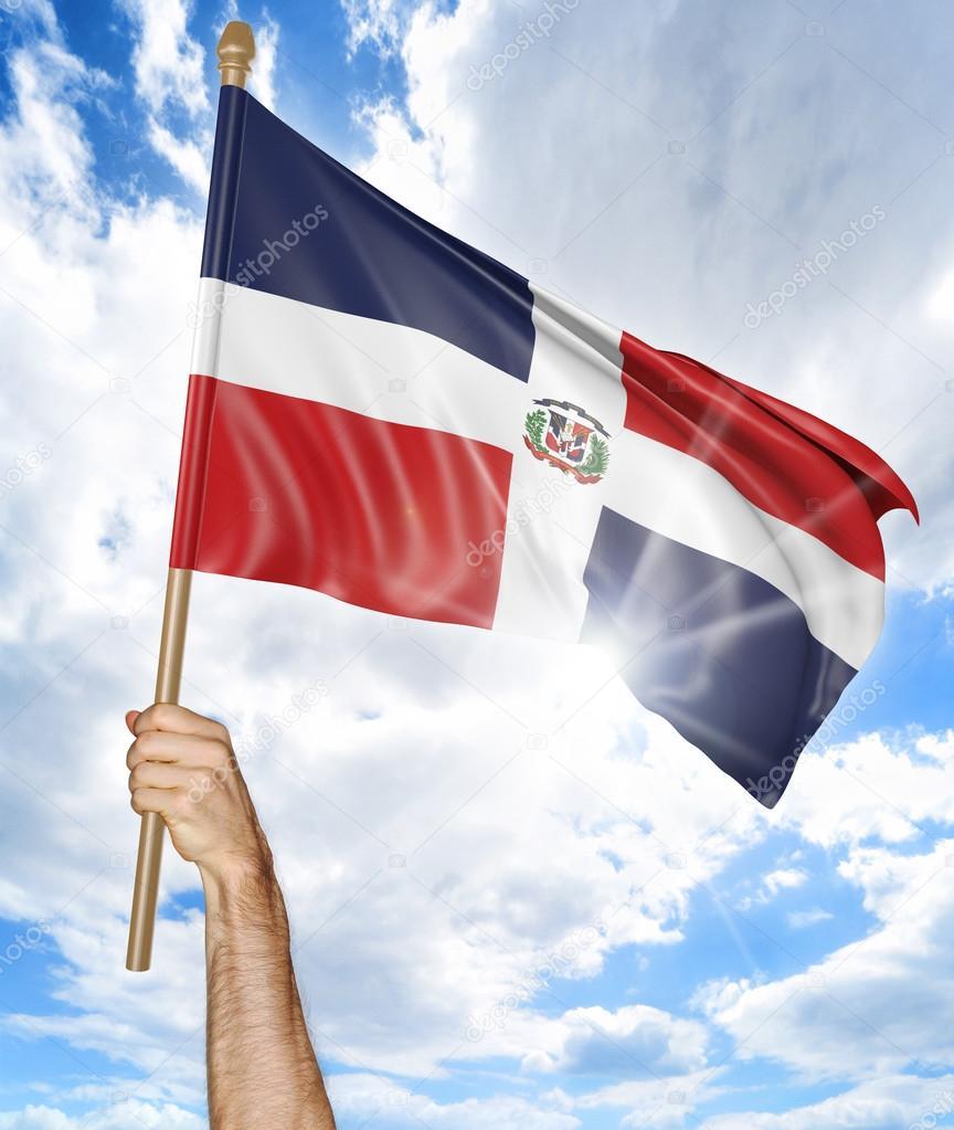 De la persona de la mano sosteniendo la bandera nacional de República Dominicana y ondeando en el cielo, render 3d — Foto de Stock
