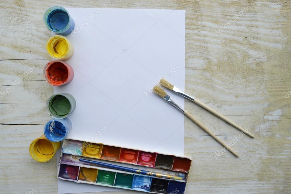 Set van borstels en verven op houten tafel u2014 stockfoto © studiorn