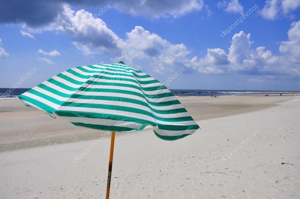 Sombrilla de playa en la orilla del mar foto de stock - Sombrilla playa ...