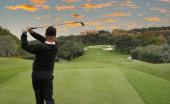 muž golf swing v golfovém hřišti Valderrama, Španělsko