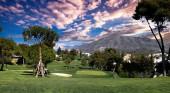 golfové hřiště a zelená v Marbelle, Španělsko, při západu slunce