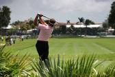 Muž swing golf na golfovém hřišti