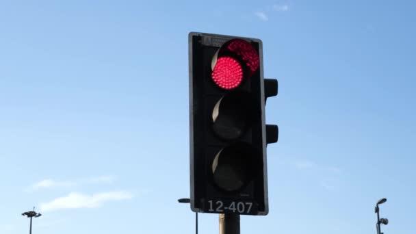 Rote Ampel schaltet im Winter bei klarem Himmel in der Stadt auf Grün