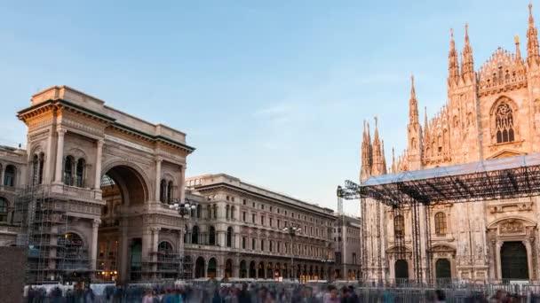 Piazza Duomo (Piazza Duomo di Milano) durante timelapse tramonto,