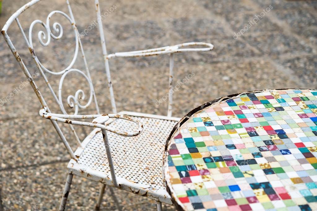 Mosaïque de mobilier de jardin table et chaise style vintage ...