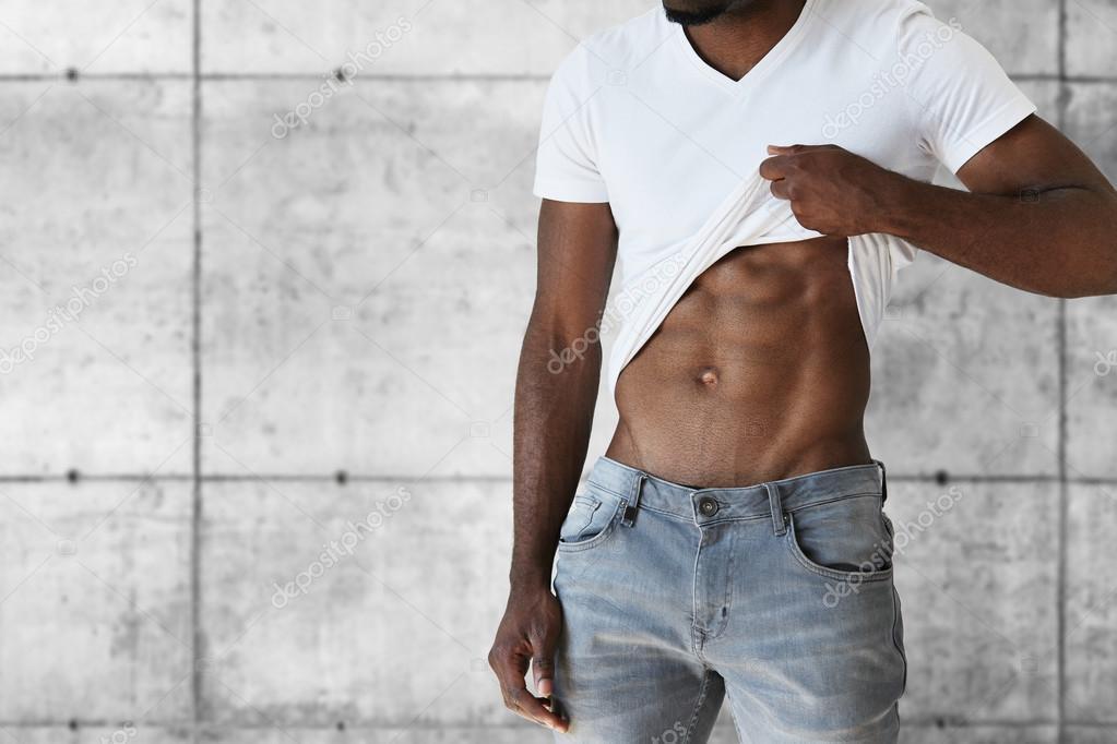 Zugeschnittenen Portrait junge schwarze Athlet Mann in Jeans und ...