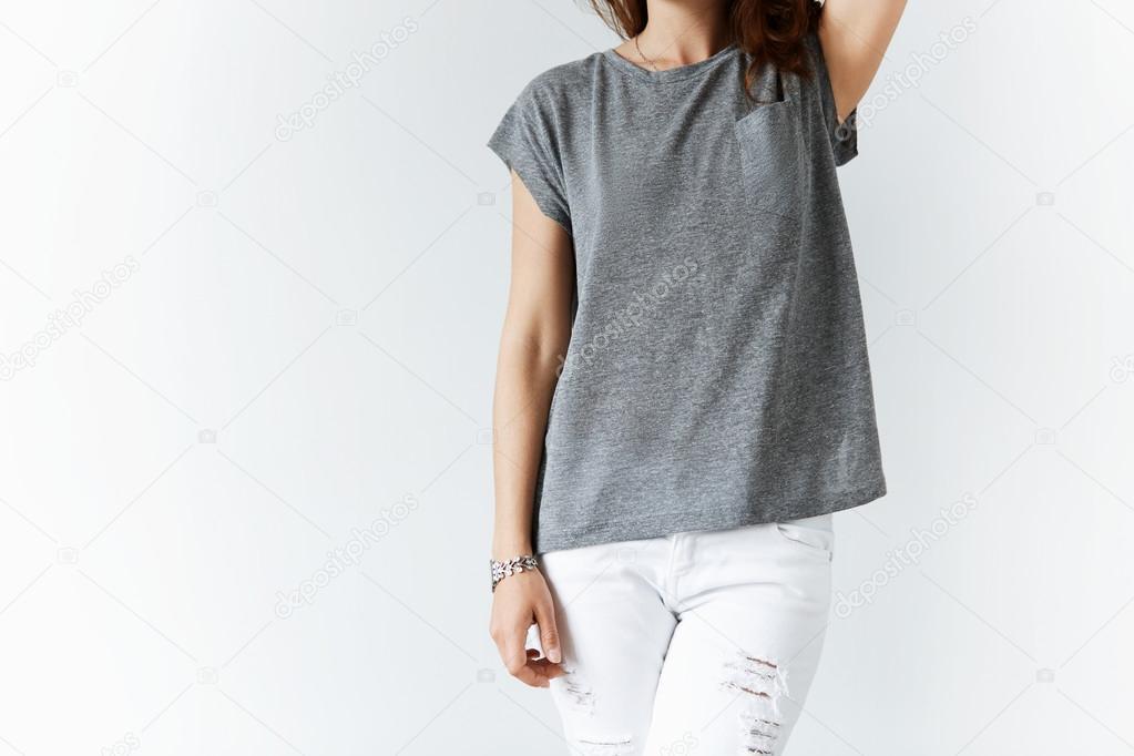a7e9c0f20b Retrato de mujer joven en pantalones de mezclilla y camiseta color blanco  casual gris posando sobre fondo de pared blanco estudio con espacio de  copia de su ...