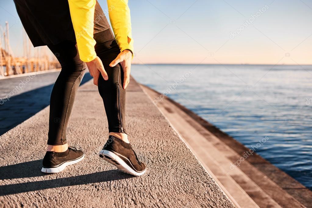Muskelverletzung - Athlet umklammert Wadenmuskel läuft, nachdem es ...