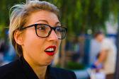 Dívka v brýlích se emocionální obličej