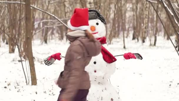 Tíz éves lány megy körbe a hóember