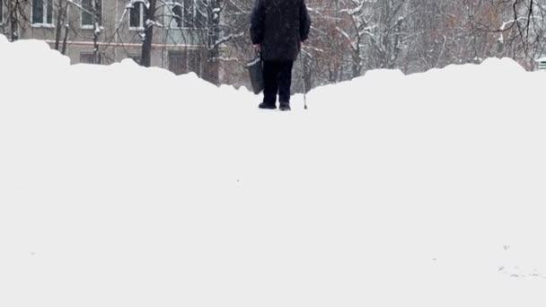 idős ember sétált