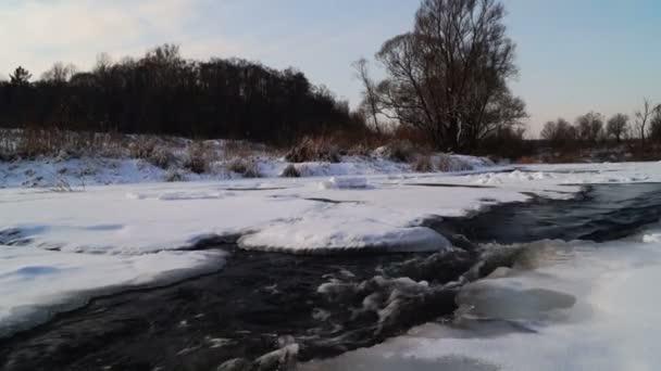 Zimní River teče