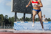 Fotografia donna atleta corre siepi