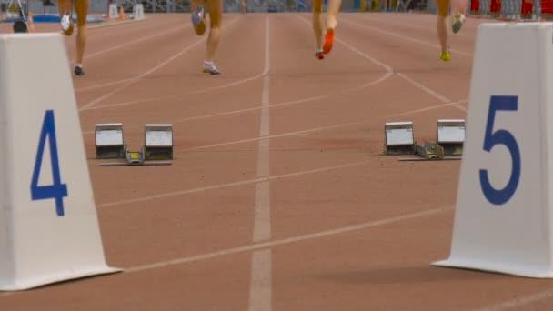 Sportlerinnen starten und laufen