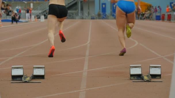 Zpomalený start a závod ve sprintu