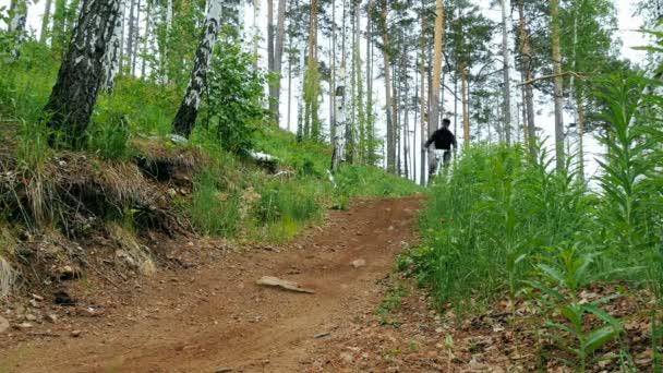 muži závodníci horských kol na jízdní kola skok přes kopec