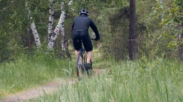 žena na koni muž cyklista kolo