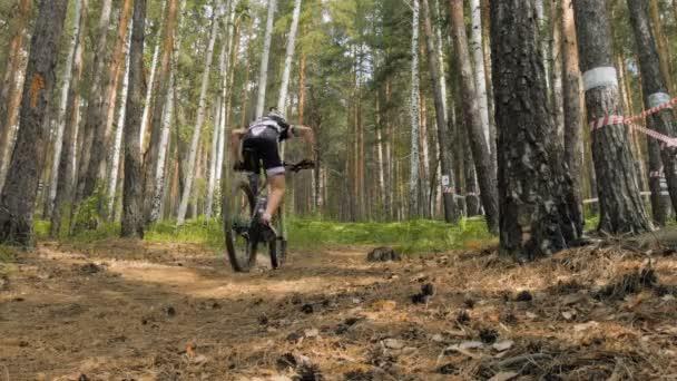 muž cyklista, jízda na kole