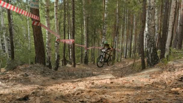 sportovec, cyklista, jízda do kopce na lesní stezka