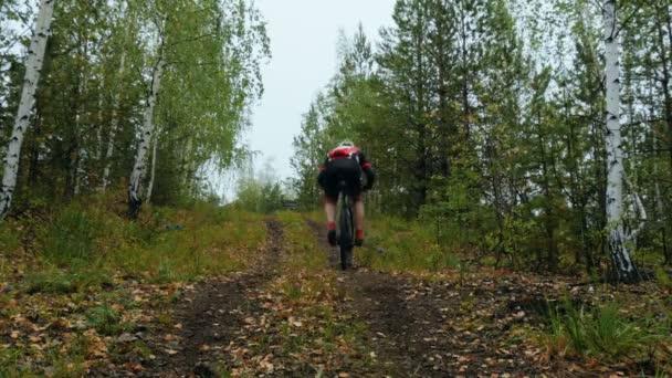 jezdec sportovce na kole do kopce