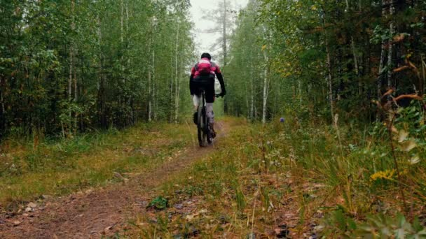 Rider a cyklistu jedoucího po lesní stezce