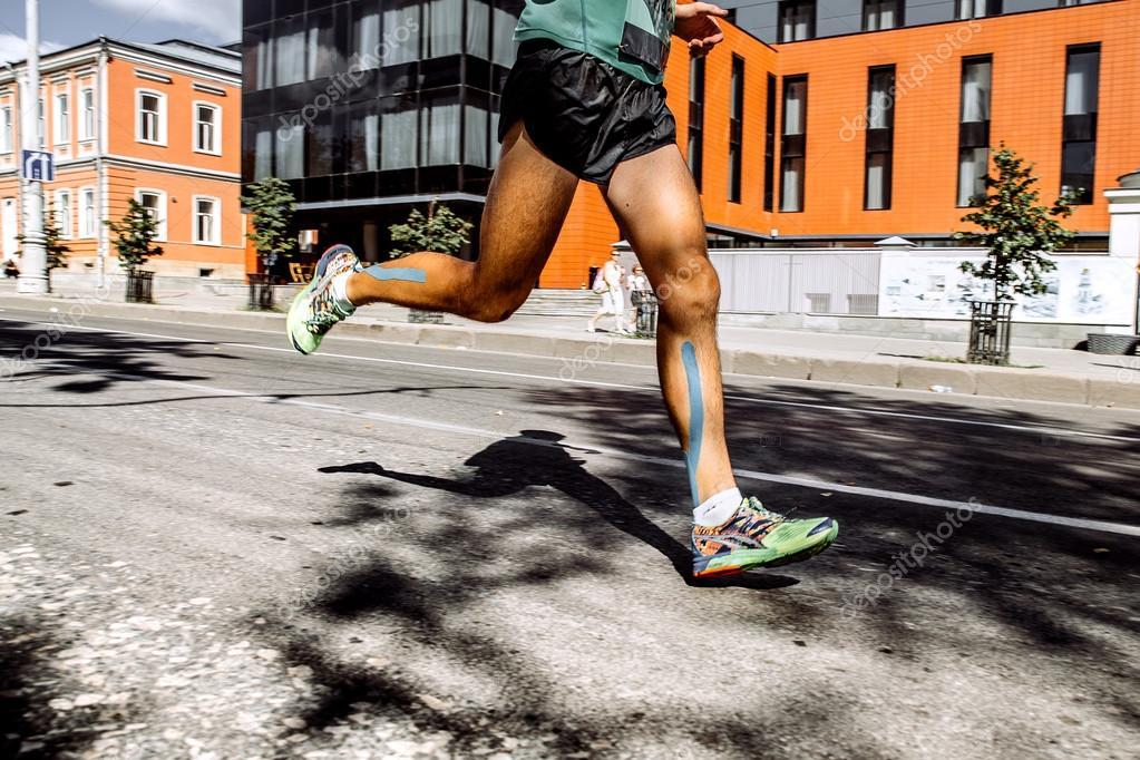 Maratón de los hombres de las piernas con cinta adhesiva en los ...