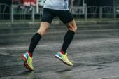 Fotografia giovane atleta corre una maratona