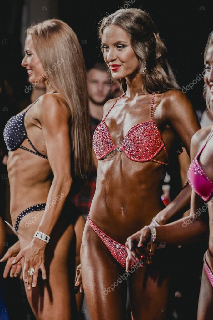 8593d01e67b6 Bikini fitness de dos chicas morena brillante en el escenario — Foto ...