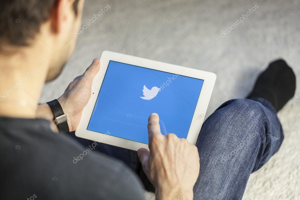 Man with twitter on tablet pc – Stock Editorial Photo