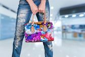 Photo fashionable woman  holding  handbag