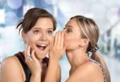 Žena odhaluje tajemství své přítelkyni