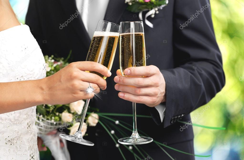 Wonderlijk Bruidspaar Champagne glazen houden — Stockfoto © billiondigital IV-94