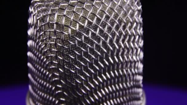 Studiomikrofon dreht sich auf schwarzem Hintergrund