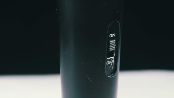 Mikrofon dreht sich auf schwarzem Hintergrund