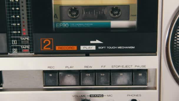 Tlačení prstem Play a tlačítko Stop na magnetofon
