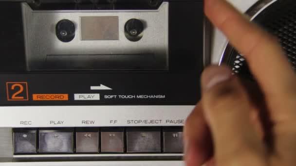 Vložení kazety do kazetový přehrávač a stisknutím tlačítka Stop a Play