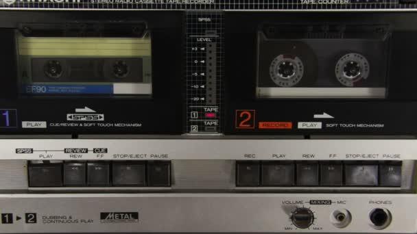 Tlačení prstem Play a tlačítko Stop na dvě paluby magnetofon